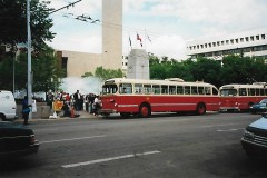 Crowds lineup for ETS trolley tour 2000